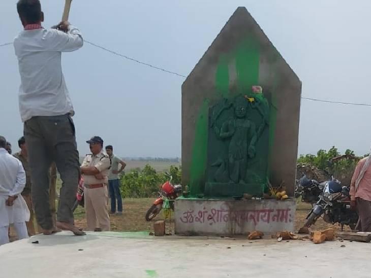 शरारती लोगों ने धर्मस्थल में की तोड़फोड़, शनिदेव की मूर्ति पर भी लगाया हरा रंग, मूर्ति भी खंडित की|जबलपुर,Jabalpur - Dainik Bhaskar