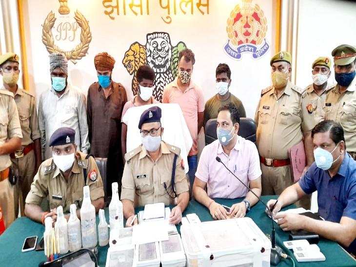 बोतलों का लेबल बदलकर बिहार, यूपी और मध्य प्रदेश में करते थे सप्लाई, यूपी एसटीएफ और झांसी पुलिस ने 1 करोड़ की शराब के साथ 5 को दबोचा|झांसी,Jhansi - Dainik Bhaskar