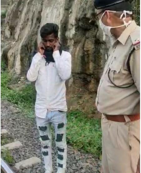 भोपाल-हबीबगंज के बीचपटरियों पर रखा 2.5 मीटर लंबा लोहे का टुकड़ा, पलटने से बचा इंजन; RPF ने 36 CCTV कैमरे देखकर आरोपी को पकड़ा|मध्य प्रदेश,Madhya Pradesh - Dainik Bhaskar
