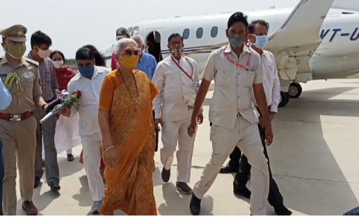 दतिया के प्रशासनिक अफसरों ने राज्यपाल की अगवानी की, झांसी में पौधा रोपण कर वापस गई|भिंड,Bhind - Dainik Bhaskar