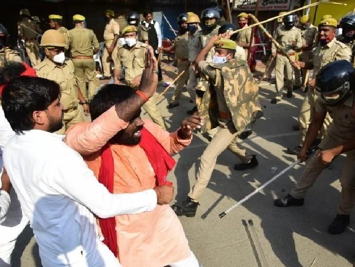 आनंद भवन चौराहे पर प्रदर्शन कर रहे सपा कार्यकर्ताओं पर लाठीचार्ज करती पुलिस। - Dainik Bhaskar