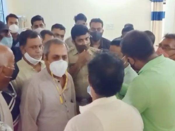 मोतीलाल थारवानी की गिरफ्तारी के बाद बिलासपुर विधायक भी तारबहार थाना पहुंच गए थे और जमकर हंगामा किया था।