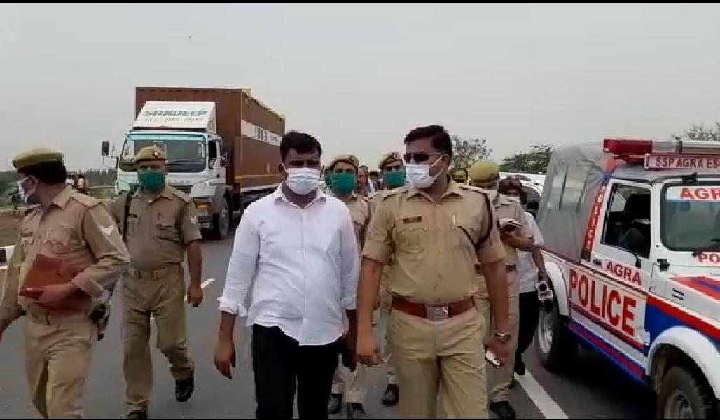 भाई के साथ जा रही महिला की बदमाशों ने चेन खींची, बाइक से गिरी महिला की मौत...एतमाद्दौला इलाक में भी चेन स्नैचिंग|आगरा,Agra - Dainik Bhaskar