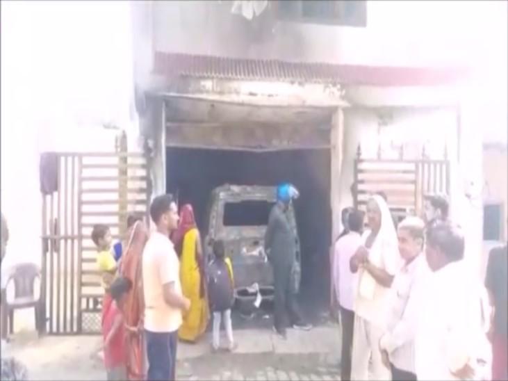 जिला मंत्री ने पीछे के दरवाजे से बाहर निकाल बचाई परिवार की जान, गाड़ियां सहित लाखों का सामान खाक; तीन घंटे बाद फायर ब्रिगेड ने पाया आग पर काबू|कानपुर,Kanpur - Dainik Bhaskar