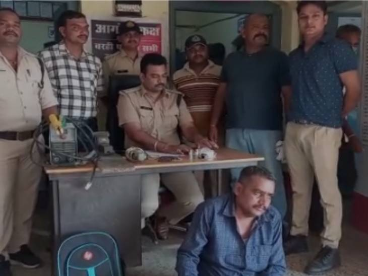 कमरे में बना रखा था देसी कट्टा का कारखाना, ग्राइंडर, बेल्डिंग और लोहा मोल्ड करने वाली मशीन जब्त, आरोपी गिरफ्तार जबलपुर,Jabalpur - Dainik Bhaskar