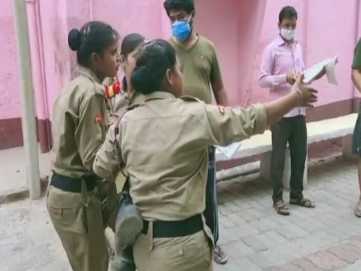 घायल छात्रा को एंबुलेंस तक ले जातीं एनसीसी की छात्राएं।