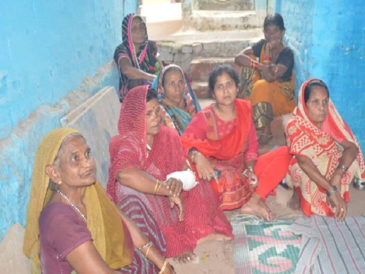 घर में देर रात बॉथरूम जाने के लिए उठी और लौटते समय कूलर के पास गिरी, अस्पताल में दम तोड़ा; डेढ़ साल पहले हुई थी शादी|जबलपुर,Jabalpur - Dainik Bhaskar