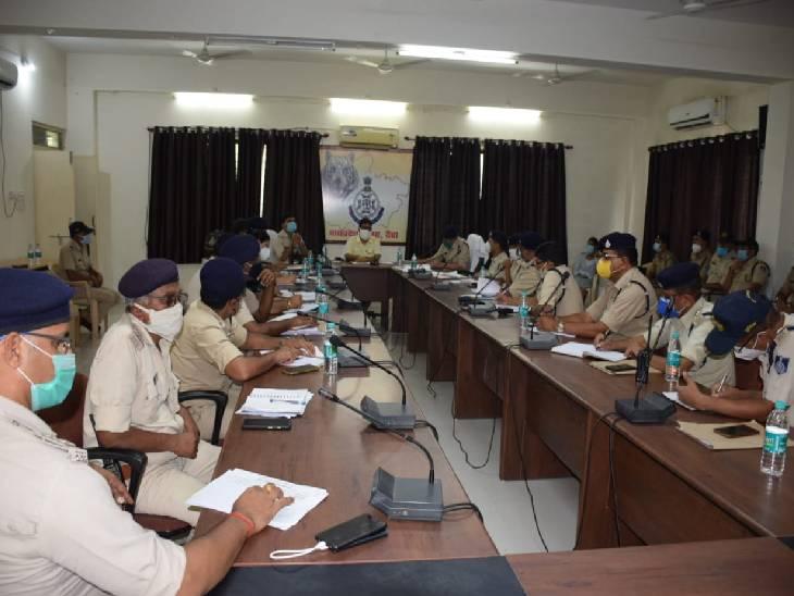 क्राइम मीटिंग में SP ने की अपराधों की समीक्षा, कहा- हर हाल में बंद हो नशे की तस्करी, गोली बारी की घटनाओं में लगाओ लगाम रीवा,Rewa - Dainik Bhaskar