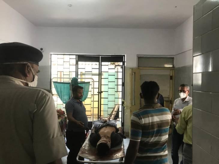 एफएसएल यूनिट ने संजय गांधी अस्पताल में पहुंचकर लिए मृतक के नमूने, संदिग्ध हालत में चली थी गोली, दोस्तों की भूमिका खोज रही पुलिस रीवा,Rewa - Dainik Bhaskar