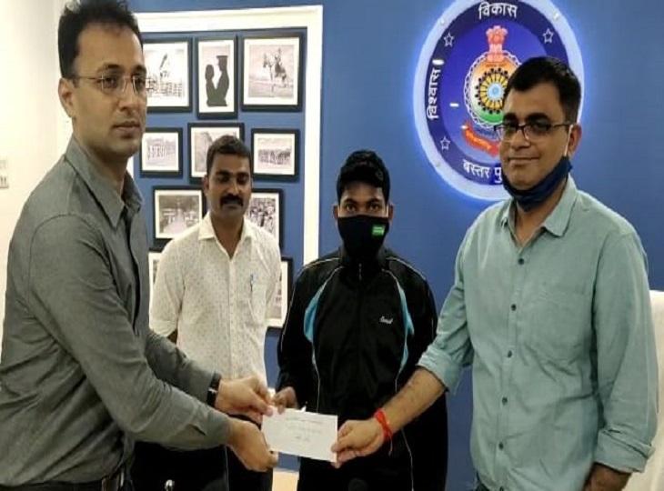 3 लाख रुपए के इनामी नक्सली पुनमे ने सरकार के समक्ष डाले हथियार, दंतेवाड़ा में भी दो ने माओवाद संगठन से किया तौबा जगदलपुर,Jagdalpur - Dainik Bhaskar