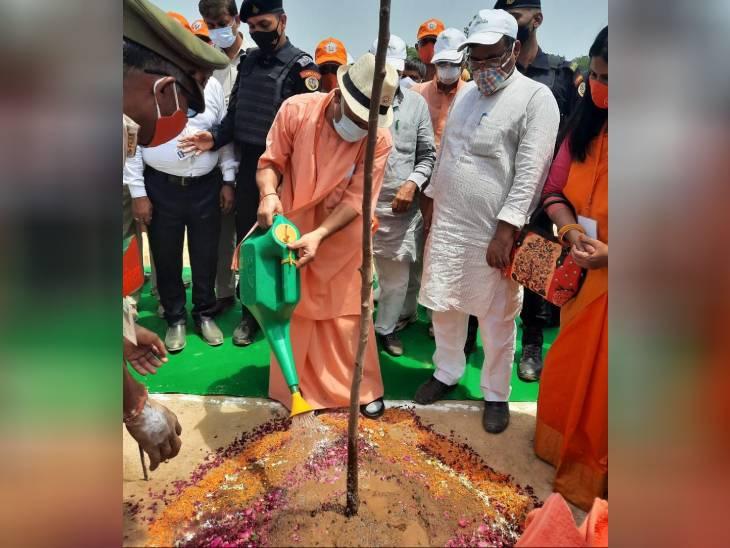 मुख्यमंत्री बोले- पूर्वांचल एक्सप्रेस वे के किनारे बनेगा इंडस्ट्रियल हब, यहां के लोगों को रोजगार के लिए पूर्वांचल छोड़कर दूर नहीं जाना पड़ेगा|लखनऊ,Lucknow - Dainik Bhaskar