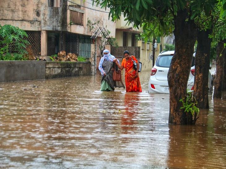 रायपुर में भारी बरसात, एक घंटे में ही बरस गया 75 मिमी से अधिक पानी, सड़कों से होकर घरों में घुसा पानी रायपुर,Raipur - Dainik Bhaskar