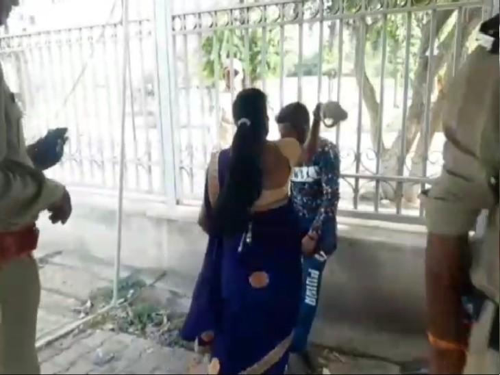 आरोपी युवक की पिटाई करती महिला।
