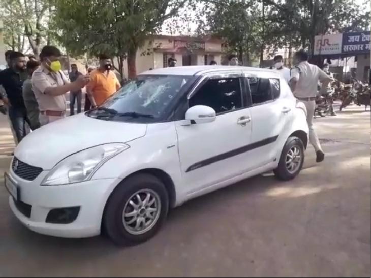 घटना के बाद झांसी रोड थाना पर पुलिस कार की जांच करते हुए