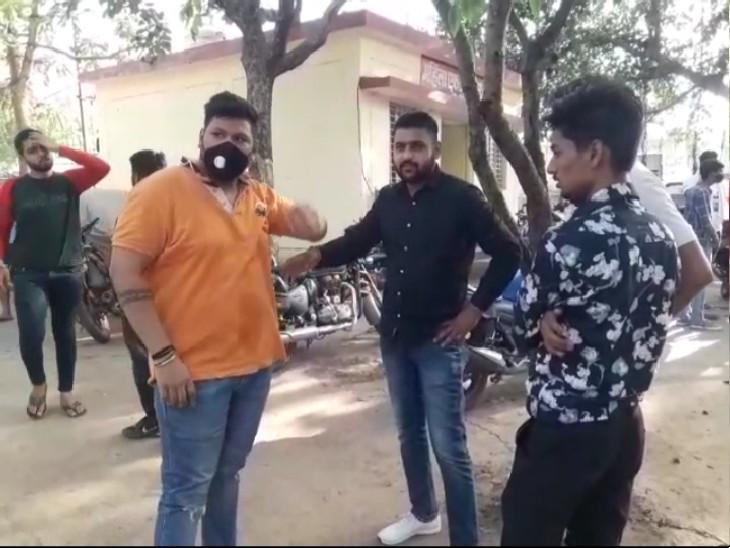 ओरेंज रंग की टीशर्ट पहनकर खड़ा अन्नू शिवहरे इस पर ही हमला हुआ है