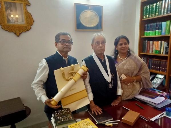 पूर्व राष्ट्रपति और भारत रत्न दिवंगत प्रणब मुखर्जी के साथ अभिजीत और शर्मिष्ठा मुखर्जी।