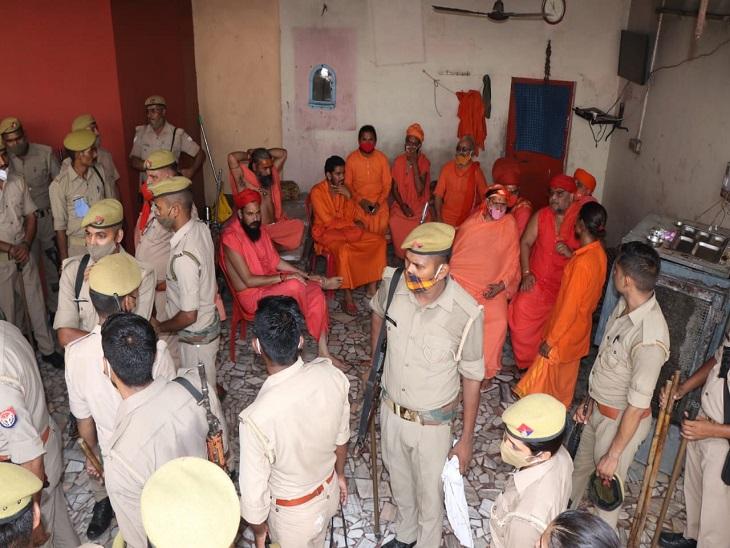 बाबा आनंदेश्वर मंदिर में महंत की गद्दी की शुरू हुई खींचतान, PAC के घेरे में परिसर; अब जूना अखाड़ा सुलझाएगा विवाद|कानपुर,Kanpur - Dainik Bhaskar