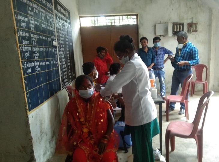 मुख्यमंत्री कन्या विवाह योजना के तहत 30 जोड़े परिणय सूत्र में बंधे, फिर वैक्सीनेशन सेंटर पहुंच लगवाया कोरोना का टीका दंतेवाड़ा,Dantewada - Dainik Bhaskar