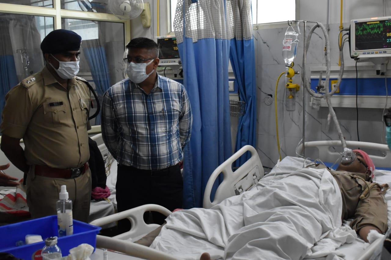 जगदीशपुरा में संदिग्ध कार का पीछा करते हुए दो सिपाही गंभीर घायल, एतमाद्दौला इलाके में युवक को टैंपो ने कुचला...बाह में कार खाई में गिरी आगरा,Agra - Dainik Bhaskar