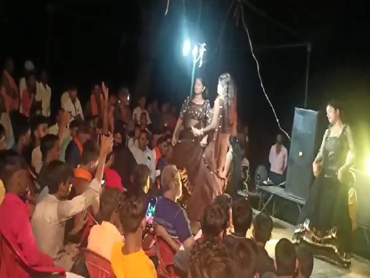 पीलीभीत में रिसेप्शन पार्टी में हुआ डांस, लड़कियों के साथ नाचे ग्रामीण; ना मास्क लगाया ना सोशल डिस्टेंसिंग का रखा ख्याल|बरेली,Bareilly - Dainik Bhaskar