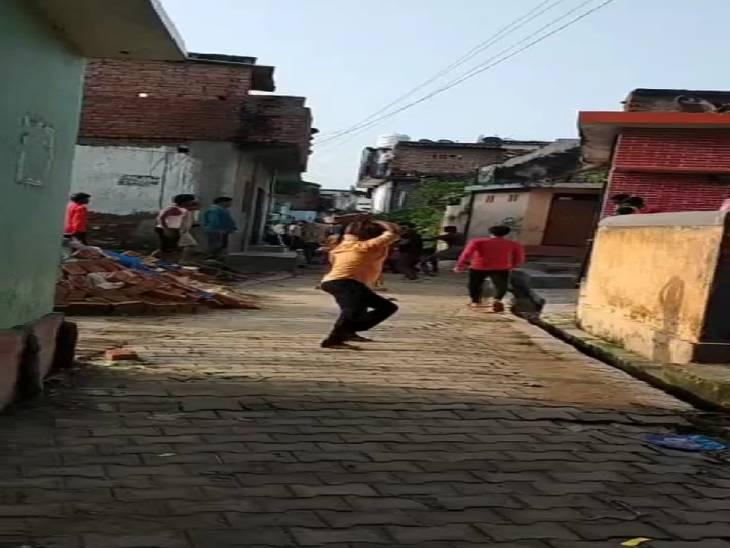 पंचायत चुनाव को लेकर चल रही थी रंजिश, दोनों पक्षों में जमकर चले लाठी-डंडे; मारपीट में आधा दर्जन लोग घायल गोरखपुर,Gorakhpur - Dainik Bhaskar