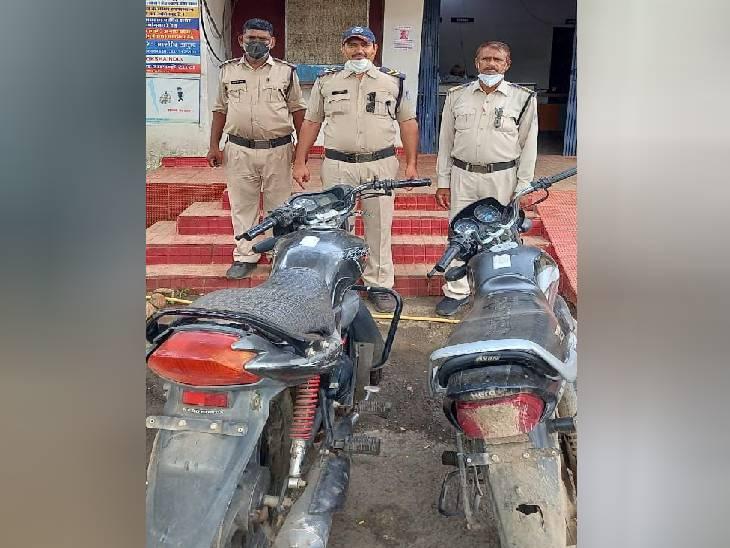 जबलपुर पुलिस ने शातिर युवक से चोरी की दो बाइक जब्त किए, एक बाइक का पेट्रोल खत्म हुआ तो झाड़ियों में छुपा दिया था आरोपी ने|जबलपुर,Jabalpur - Dainik Bhaskar