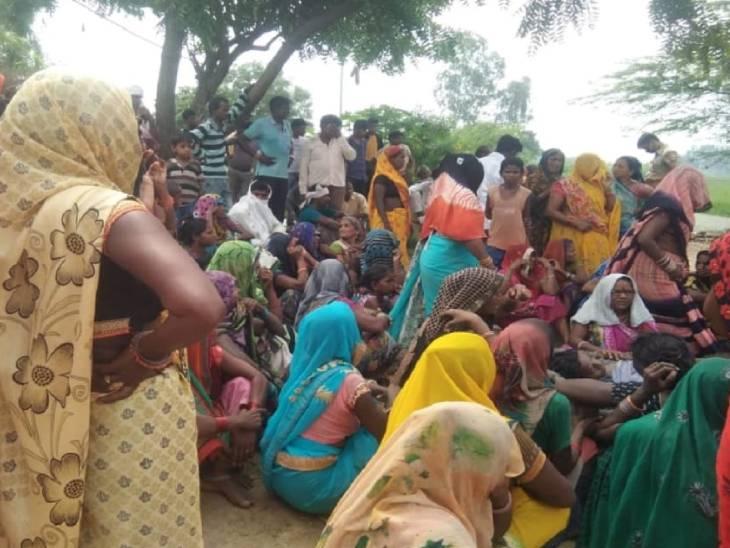 छात्र की मौत के बाद रोते बिलखते परिजन। पूरे गांव में मातम पसर गया है।