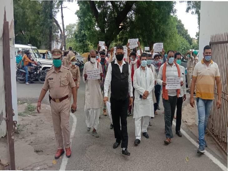 आगरा में परिजनों ने एडीजी कार्यालय का घेराव किया, महिला सिपाही से प्रेम संबंधों को लेकर हत्या का आरोप...अलीगढ़ एसएसपी को जांच के आदेश|आगरा,Agra - Dainik Bhaskar