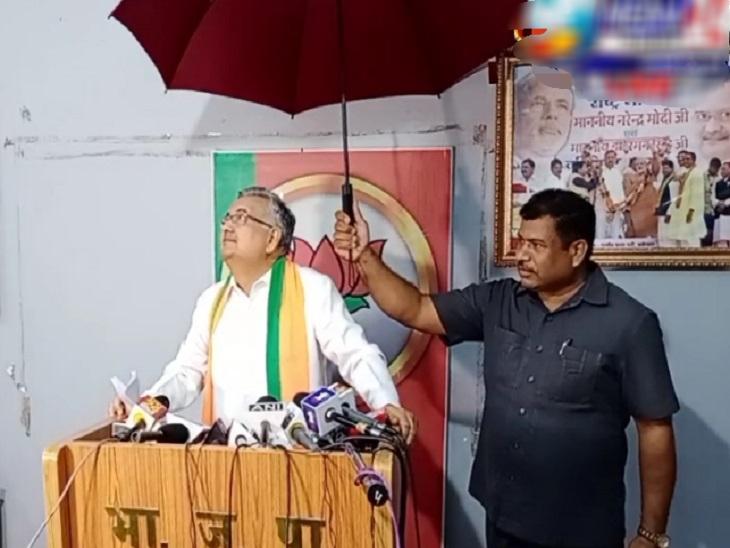 मीडिया से मुखातिब थे रमन सिंह और टपकने लगा पानी; PSO ने छाता तान बचाया, डॉ. सिंह बोले- भूपेश सरकार किसानों को नहीं दे रही खाद रायपुर,Raipur - Dainik Bhaskar