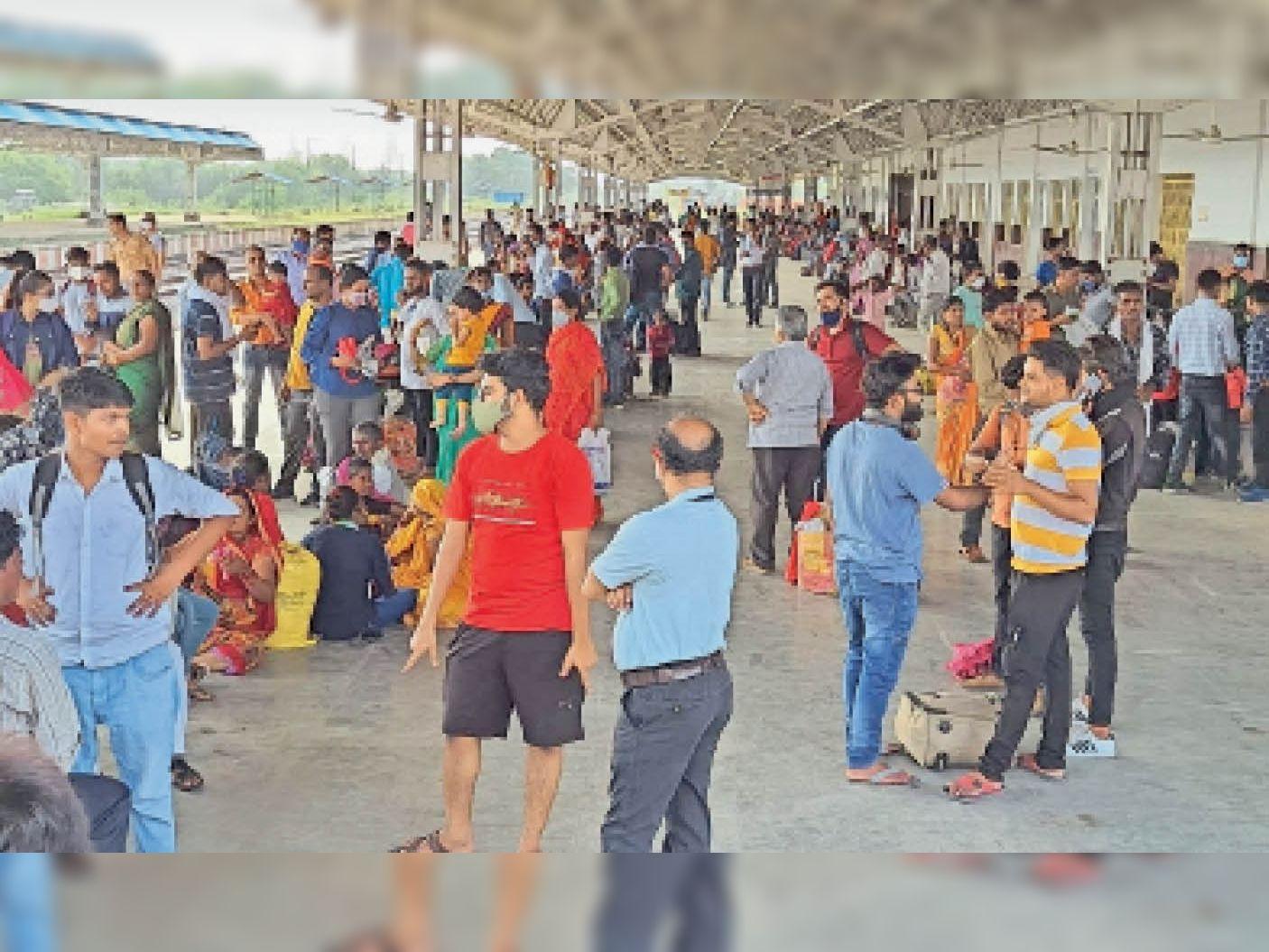 पहली लहर से बंद थी ट्रेन, खजुराहो से भोपाल चलने वाली महामना एक्सप्रेस शुरू होते ही छतरपुर रेलवे स्टेशन पर लौटी रौनक छतरपुर (मध्य प्रदेश),Chhatarpur (MP) - Dainik Bhaskar