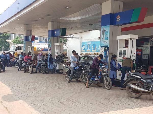 पहली बार रायपुर में 100 रुपए पहुंची पेट्रोल की कीमत, एक्सपर्ट बोले- और बढ़ेंगे दाम, एक्साइज ड्यूटी कम होने पर ही मिलेगी राहत|रायपुर,Raipur - Dainik Bhaskar