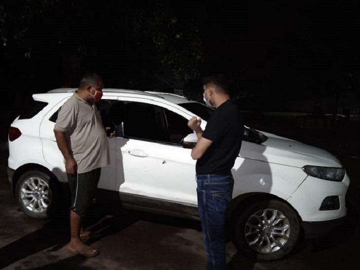 कार पर गोली के निशान को देखते एसपी प्रशांत कुमार अग्रवाल।