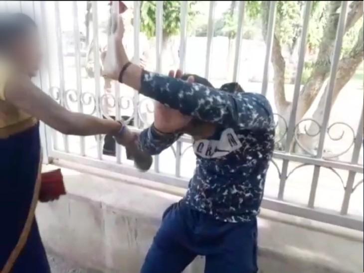 ऑटो में मोबाइल पर अश्लील वीडियो चलाकर छेड़छाड़ की; महिलाओं ने बाल पकड़कर बाहर खींचा और पीट दिया ग्वालियर,Gwalior - Dainik Bhaskar