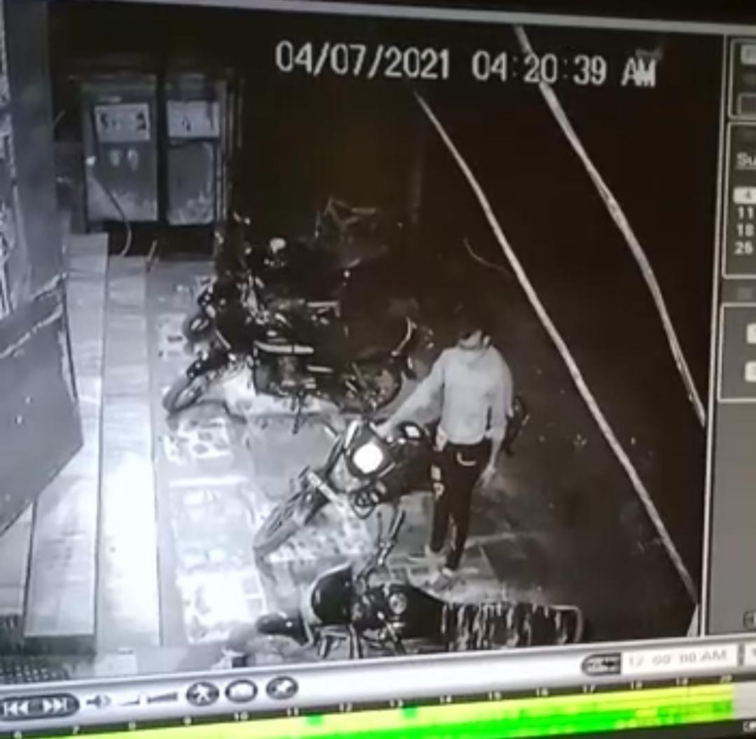 29 सेकेंड में नकली चाबी से बाइक स्टार्ट कर चुरा ले गया चोर, तड़के 4 बजे की घटना|होशंगाबाद,Hoshangabad - Dainik Bhaskar