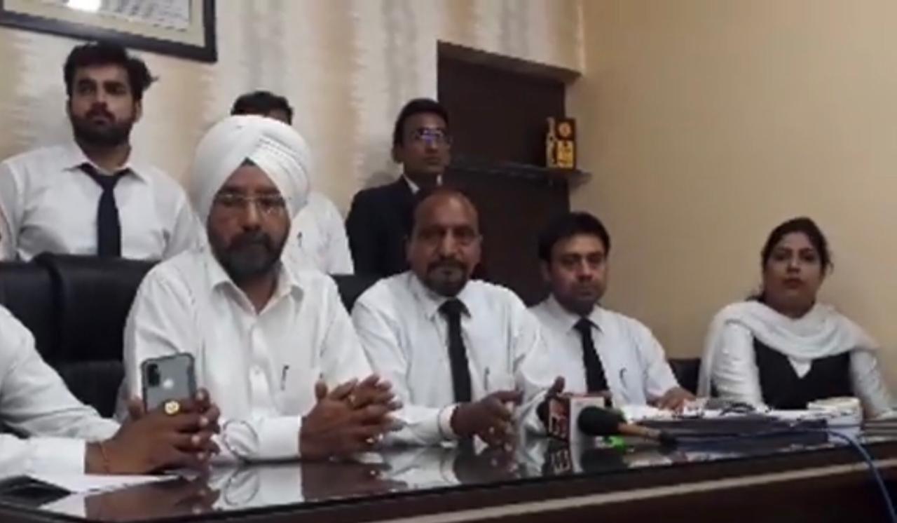 बार एसाेसिएशन बोली- यह वकीलों की लड़ाई नहीं बल्कि पर्सनल झगड़ा; कश्यप ब्रदर्स हमारे मेंबर नहीं, दूसरे 3 मेंबरों को शोकॉज नोटिस भेजा|जालंधर,Jalandhar - Dainik Bhaskar