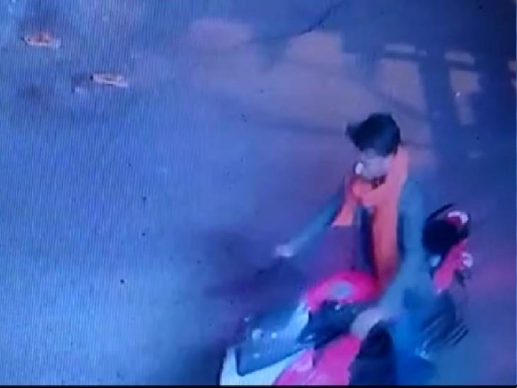 पुलिस काे देखते ही बाइक मोड़कर भागने लगे, बैलेंस बिगड़ा तो गिरे और पकड़े गए, चोरी की 4 बाइक मिलीं|ग्वालियर,Gwalior - Dainik Bhaskar