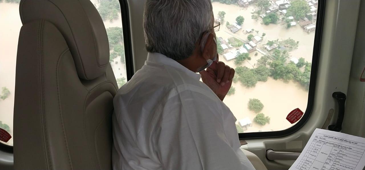 मंगलवार को बाढ़ क्षेत्र का हवाई सर्वे करते मुख्यमंत्री नीतीश कुमार।