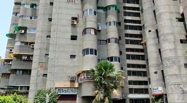 अलीगढ़ में चीफ इंजीनियर काजिम अली के शिवालिक अपार्टमेंट स्थित आवास पर सीबीआई ने दबिश देकर वहां से कई अहम दस्तावेज बरामद किए हैं।