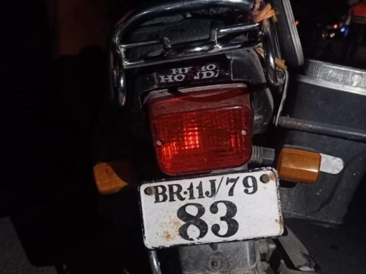 बाइक से घर आ रहे थे वनकर्मी, पहले से घात लगाए अपराधियों ने मारी गोली, मौके पर ही मौत, लोगों ने किया हंगामा|बिहार,Bihar - Dainik Bhaskar