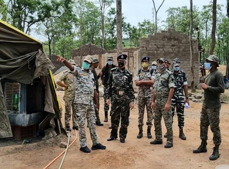 बीजापुर पहुंचे नक्सल ऑपरेशन के DG अशोक जुनेजा ने विकास व सुरक्षा के संबंध में ली जानकारी, अलर्ट रहने दिए निर्देश|जगदलपुर,Jagdalpur - Dainik Bhaskar