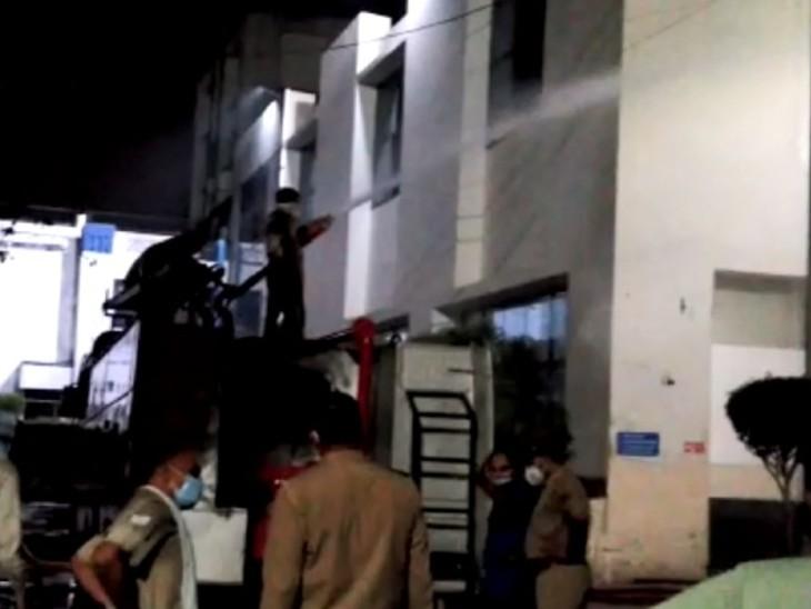 एक घंटे तक फंसे रहे 25 कर्मचारी, बचाने गई फायर ब्रिगेड की टीम के 4 सदस्य समेत 8 लोग बेहोश हो गए; पूरे इलाके को खाली कराया गया|गाजियाबाद,Ghaziabad - Dainik Bhaskar