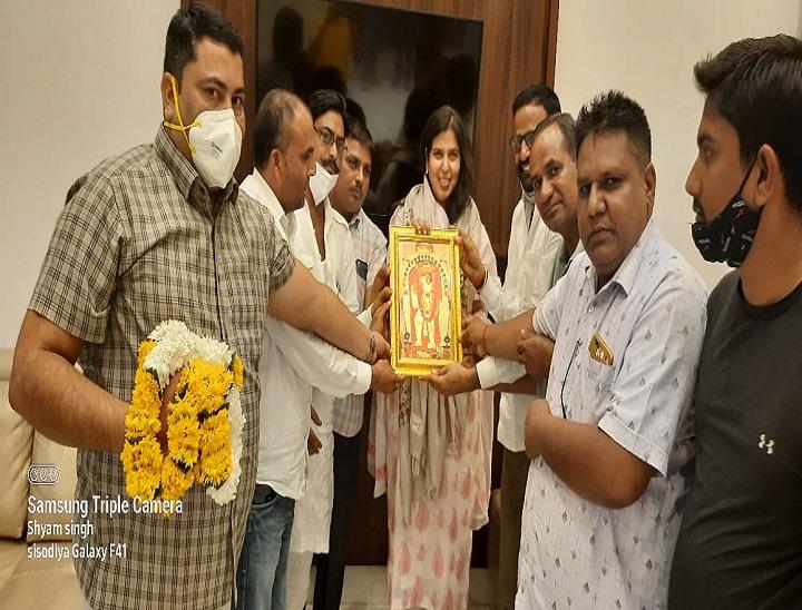 इटावा MP रामशंकर कठेरिया मंदिर में दर्शन कर बोले- दिल्ली जा रहा हूं; राज्यसभा MP सरोज पांडेय ने बालाजी के दर्शन किए|दौसा,Dausa - Dainik Bhaskar