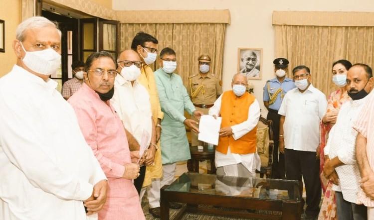 वसुंधरा राजे समर्थक नेताओं को साथ लेकर बीजेपी ने राज्यपाल को दिया ज्ञापन, राजे बोलीं- आरएसएस की छवि को धूमिल करने का असफल प्रयास कांग्रेस को महंगा पड़ेगा|जयपुर,Jaipur - Dainik Bhaskar