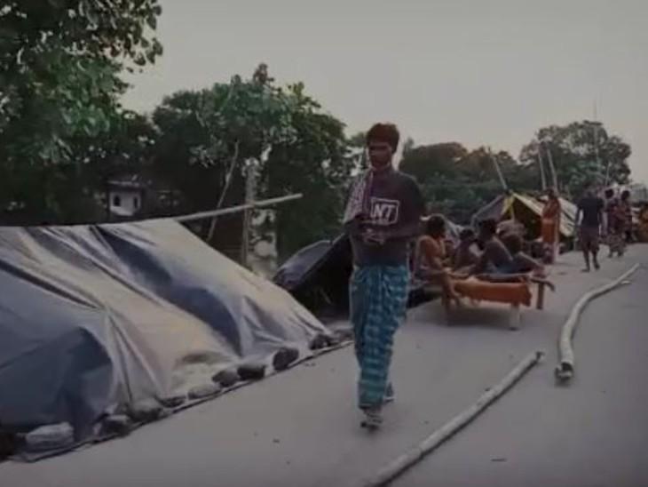 सड़क किनारे तंबू में रहने को मजबूर लोग।