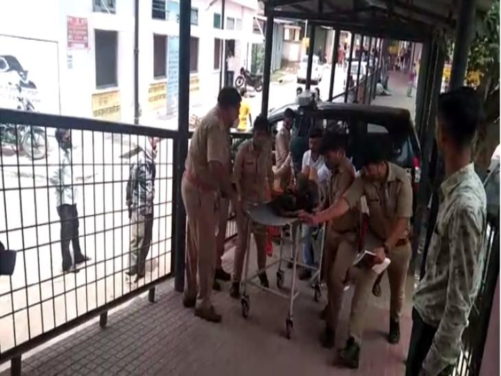 नेशनल हाईवे के पास राधे ढाबा के सामने पड़ी मिली महिला; पुलिस ने कराया अस्पताल में भर्ती, डॉक्टरों ने झांसी रेफर किया|झांसी,Jhansi - Dainik Bhaskar