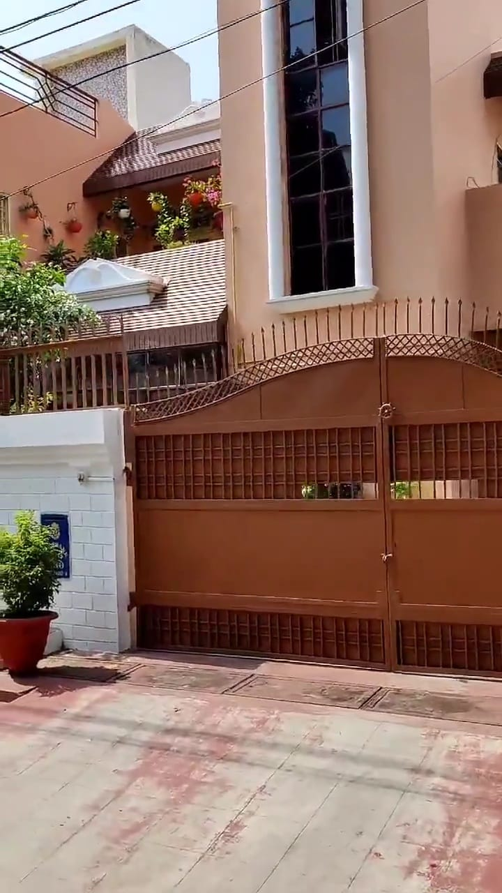लखनऊ के गोमतीनगर के विपुलखंड में सिंचाई विभाग के तत्कालीन एस ई अखिल रमन के इसी घर पर सीबीआई ने दबिश दी है।