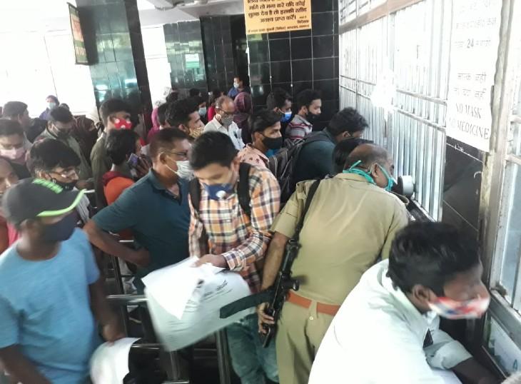 लखनऊ के सरकारी अस्पतालों की ओपीडी में मंगलवार को उमड़ी भारी भीड़।