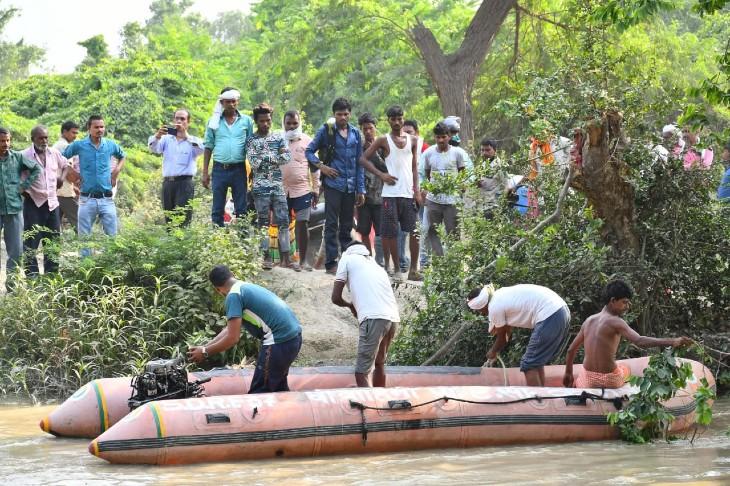 मूर्ति विसर्जित करने गई बच्ची तेज बहाव की चपेट में आई, बचाने के लिए चाचा भी कूदे; दोनों लापता, पनकी पुलिस और SDRF तलाश में जुटे|कानपुर,Kanpur - Dainik Bhaskar