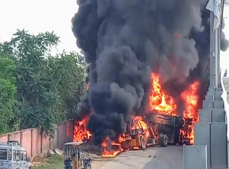 कोटपूतली फ्लाईओवर से 20 फीट नीचे गिरा केमिकल से भरा कंटेनर, सर्विस लेन से हटाते वक्त धधकी आग, एक घंटे तक लगा जाम, कम पड़ गई दमकलें|जयपुर,Jaipur - Dainik Bhaskar