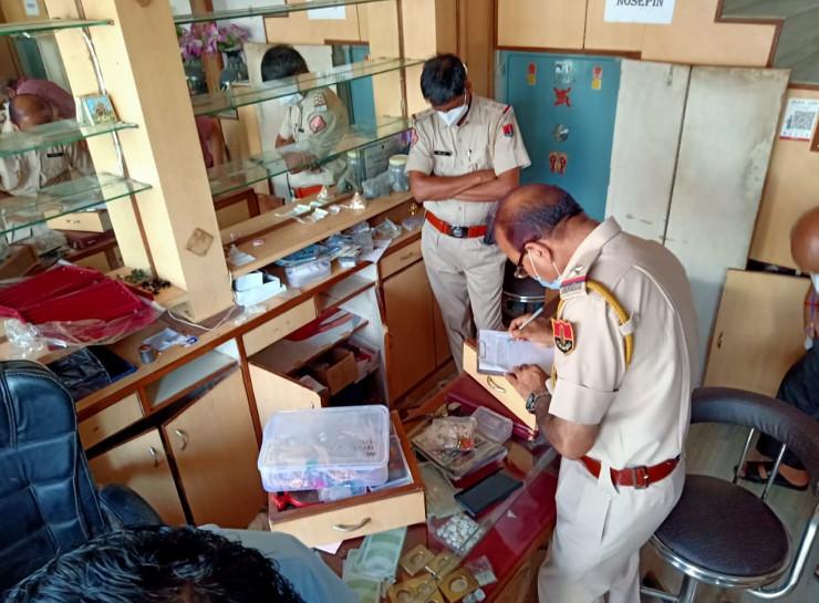 पड़ोस की दुकान से दो मंजिला छत पर चढ़े बदमाश, कटर से काटे तीन दरवाजे, 20 किलो चांदी, सोना और 20 हजार रुपए नकद ले गए जयपुर,Jaipur - Dainik Bhaskar